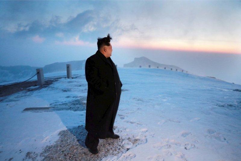 Вся правда о загадочных бегунах в костюмах вокруг Ким Чен Ына