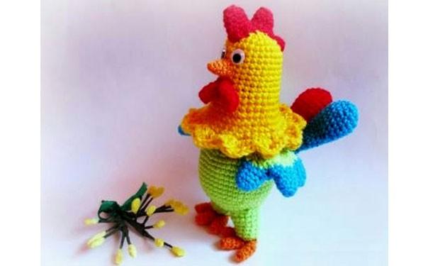 Разноцветный петушок. Вязаная игрушка спицами. Описание