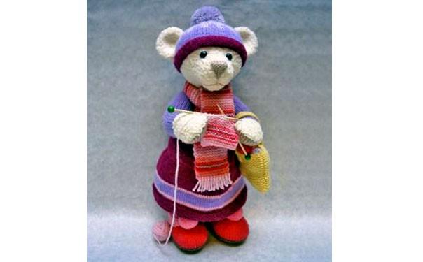 Вязаный мишка с вязанием. Описание