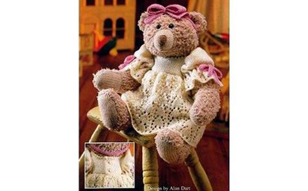 Вязаная медведица в платье. Описание
