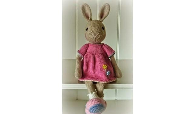 Вязаная зайка в розовом платье. Схема