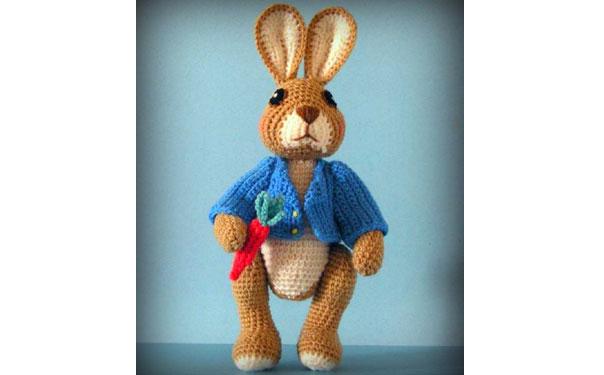 Вязаный крючком кролик Робби
