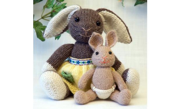 Вязаная крольчиха с крольчонком. Спицы