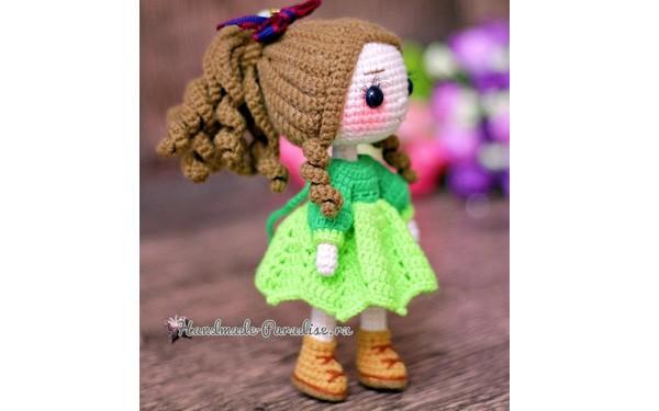 Вязаная куколка в зеленом платье