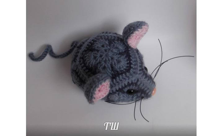 Вязаная из африканских мотивов мышка. Схема