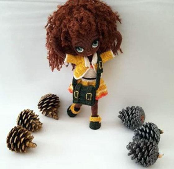 Вязаная темнокожая куколка