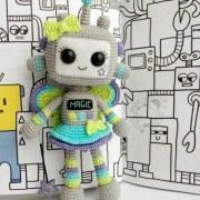 Вязаная крючком девочка робот
