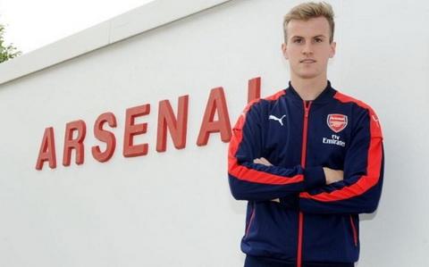 Rob Holding Nhan to quan trong o hang thu Arsenal mua toi hinh anh