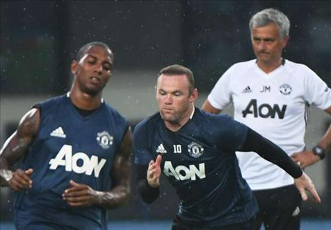 Rooney hang say luyen tap de gay an tuong voi Mourinho