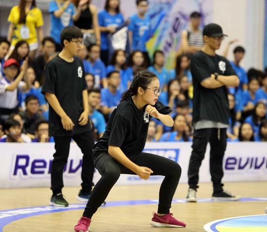 Khác với sự khô cứng mà mình thường bị bán ghép, các nữ sinh viên ĐH Bách Khoa TP HCM làm nóng sân khấu với những điệu nhảy sôi động