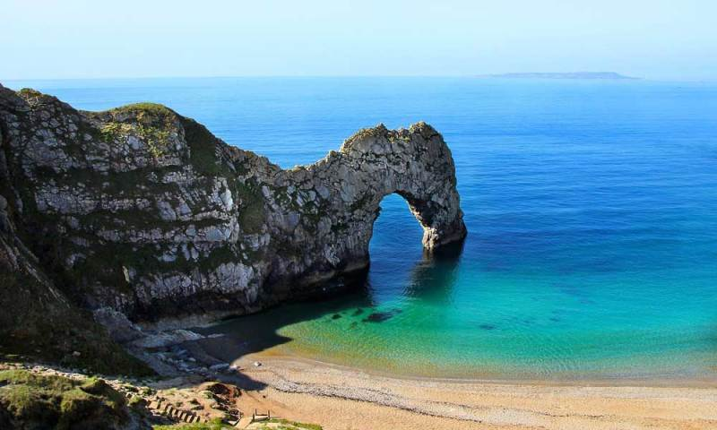 blue sea around the arch