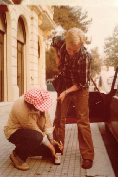 München 1979 / Viinipulloa avaamassa