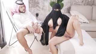 نيك منقبة سعودية تخون زوجها مع رجل اجنبي ويعاقبها بالنيك