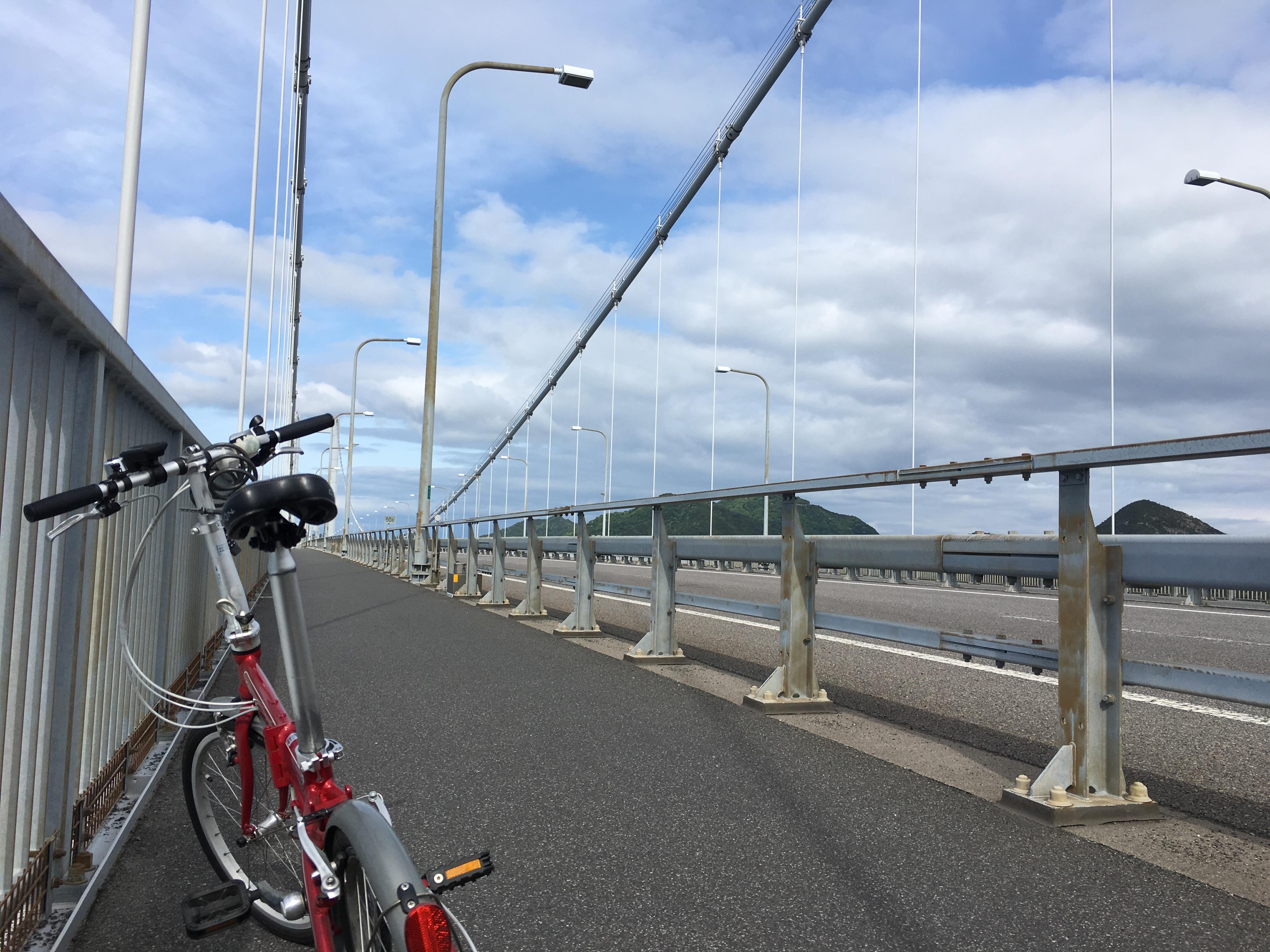 しまなみ海道は車道のすぐ横を歩行者と自転車が通行できる珍しい高速道路なのです