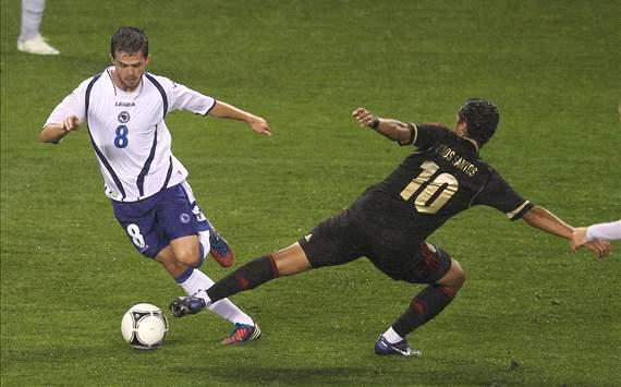 Giovani Dos Santos tratando de quitar el balón
