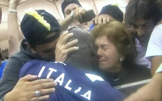 Mario Balotelli celebra con su madre adoptiva tras la victoria de Italia ante Alemania