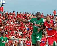 Duel udara antara Sergio Junior (Persijap Jepara) dan Anderson da Silva (Persebaya Surabaya) di Stadion Gelora Bumi Kartini. (GOAL.com / Aurelius Balakosa)
