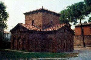 Mausoleo de Gala Placidia, Rávena,425,allí se cutodiaban las reliquias de la hija de Teodosio, Gala Placidia