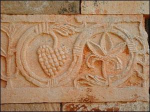 Quintanilla de las Viñas, bandas esculpidas en bajorrelieve