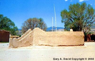Kiva en San Ildefonso Pueblo, Nuevo México. Los kivas de los antiguos Hopi eran redondos como éste, pero después se volvieron rectangulares.