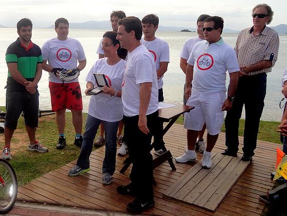 Servidora municipal Vera Lúcia Gonçalves da Silva é homenageada. Foto: Rodrigo Gomes Ferreira.