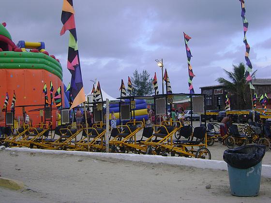 Aluguel de bicicletas e outras atividades de lazer estão presentes no verão de Ilha Comprida.