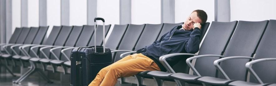 В случае переноса задержанного рейса на следующий день - авиаперевозчик должен предоставить пассажирам