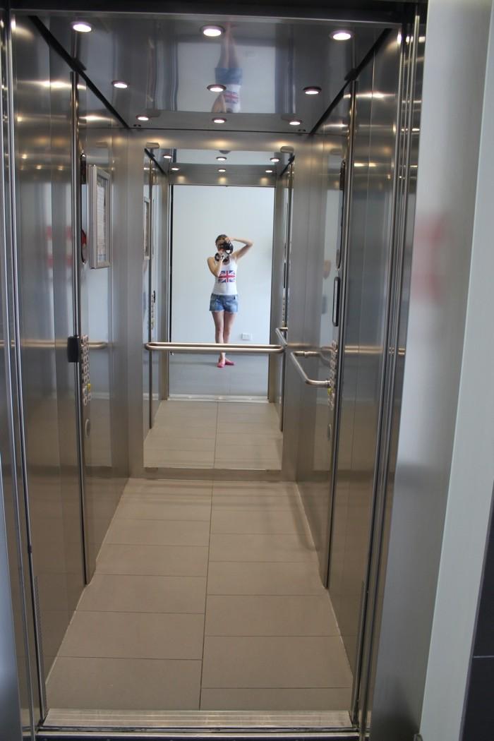 Поедем вниз, дождались лифт