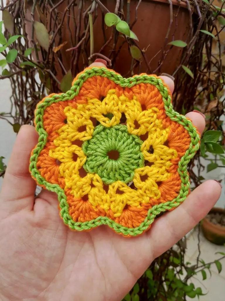 Receita de crochê, motivo pascal flor em três cores.