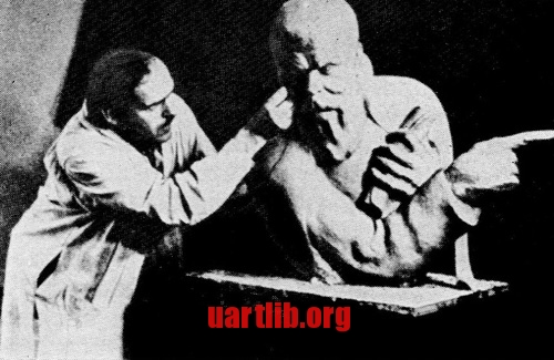 Олександр Архипенко за роботою над портретом Тараса Шевченко. Чікаго, 1935 рік.