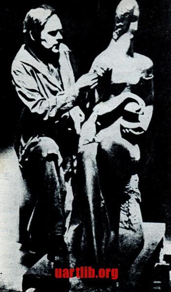 Олександр Архипенко за роботою над скульптурою Ma - Meditation. Лос-Анджелес, 1937 рік.