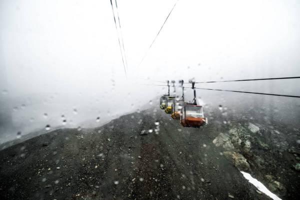 Cabines de téléphérique à la Grave sous la pluie