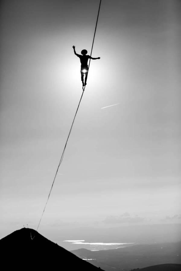 Contre jour sur une highline au Molseon avec le lac Léman en fond