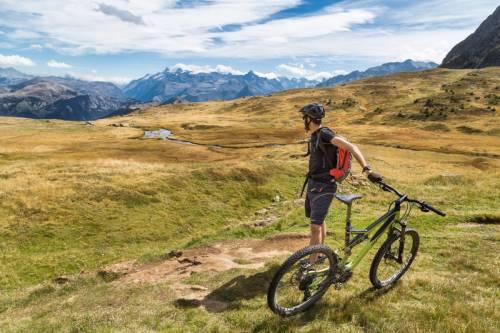 Depuis Le Lac Fourchu, Un Mountain Biker Contemple Le Glacier De La Girose Au Loin