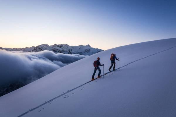 Deux skieurs montent dans le froid qui précède l'aube au Dome de la Sache, Vanoise