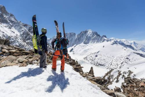 Deux Surfeurs De Randonnée Contemplent Le Mont Blanc Depuis Le Col Du Passon, Chamonix