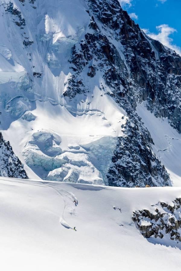 Deux Surfeurs S'éclatent Sur Le Glacier Du Tour, Au Fond Le Chardonnet, Chamonix