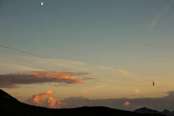 Highline au coucher de soleil au Moléson avec la lune