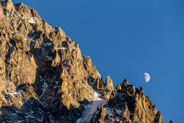 La lune joue sur les reliefs des montagnes dans le massif des Ecrins