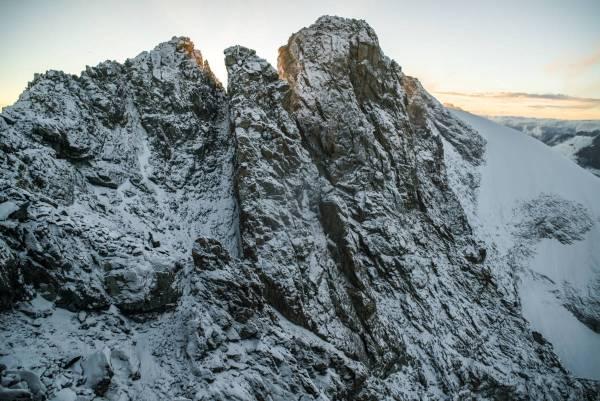 Le sommet du Râteau sous la neige après une nuit tempêtueuse