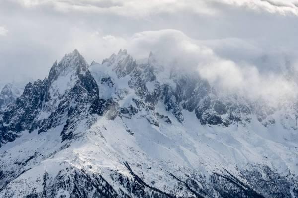 Les Aiguilles de Chamonix prises dans une tempête hivernale