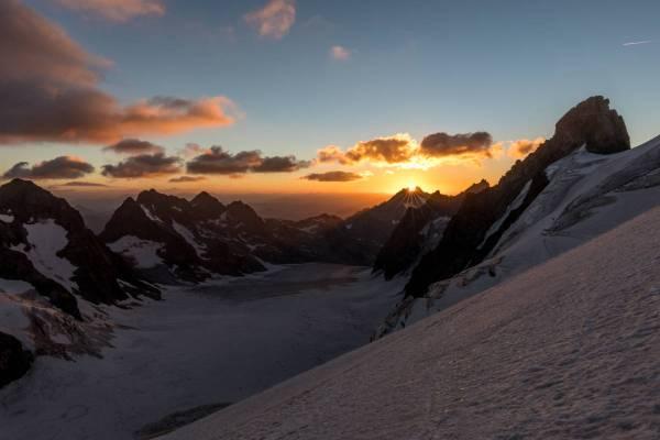 Lever de soleil depuis la voie normale du Dôme de Neige des Ecrins