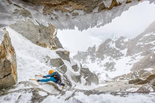 Un Alpiniste Dans Le Brouillard Escalade La Goulotte Vent Du Dragon Près De L'Aiguille Du Midi, Chamonix