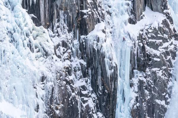 Un Alpiniste Escalade La Cascade De Glace Frénésie En Rive Droite Du Glacier De Argentière À Chamonix
