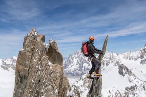 Un Alpiniste Suspendu À Une Lame De Granite Lors De La Traversée Des Aiguilles D'Entrèves Au Dessus De Courmayeur