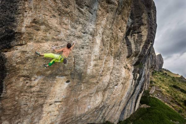 Un grimpeur dans une section clé sur la falaise de Ceuse, Hautes Alpes