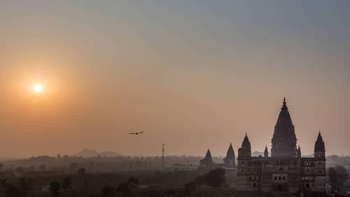 Un Vautour En Ombre Chinoise Vole Vers Le Soleil Couchant Depuis Un Temple À Orccha, Inde