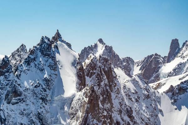 Vue Aérienne De La Face Nord De L'Aiguille Du Plan Où Deux Skieurs Pratiquent Le Ski Extreme