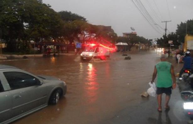Ipiaú: Chuva causa alagamento no centro da cidade