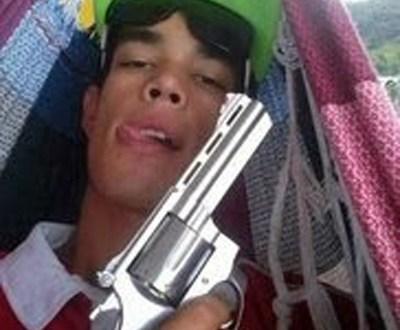 Jovem é preso 40 minutos após postar foto com arma na internet